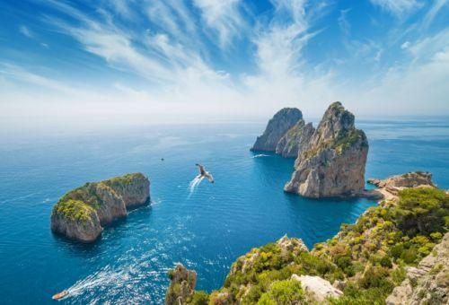 Panorama des formations rocheuses des Faraglioni au large de l'île de Capri