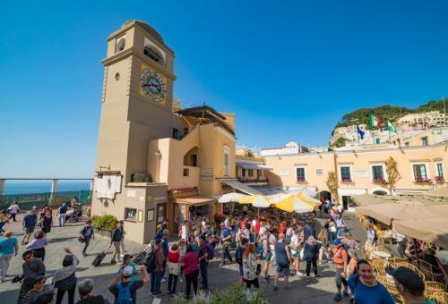La Piazzeta de Capri par une belle journée d'été avec des gens sur les terrasses des cafés