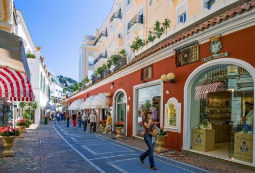 Une rue commerçante sur l'île de Capri