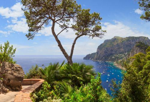 Le sentier côtier de l'île de Capri avec vue sur la mer Méditerranée et des yachts au mouillage