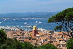 Vue panoramique du village de Saint-Tropez et de sa baie avec des yachts à l'ancre