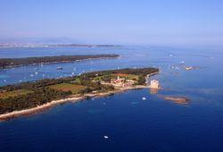 Les îles de Lérins dans la baie de Cannes, une étape incontournable pour une location de yacht sur la Côte d'Azur