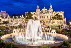 La place du Casino de Monaco avec ses fontaines et le bâtiment Belle Epoque