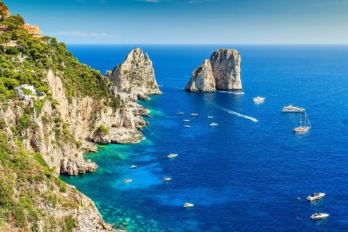 Les formations rocheuses des Faraglioni au large de Capri