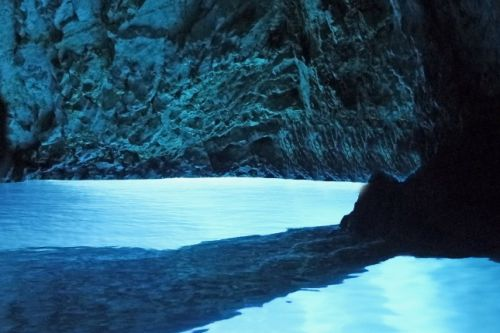 La grotte de Modra Spilja sur l'île de Bisevo en Croatie
