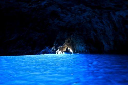 Vous pouvez explorer la Grotta Azzura pendant une location de yacht à Capri