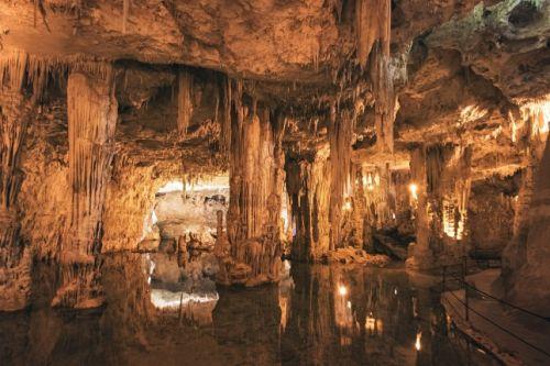 La Grotta di Nettuno, en Sardaigne, est l'une des plus impressionnantes grottes marines de la Méditerranée