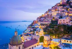 Le village d'Amalfi à la tombée de la nuit