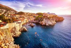 La vieille ville de Dubrovnik et ses remparts vus depuis la mer