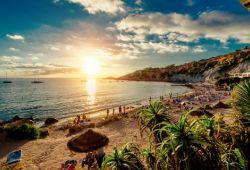 Des gens se détendent et prennent le soleil sur une plage de sable blanc dans les îles Baléares