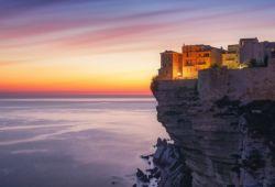 Les falaises de Bonifacio à la tombée de la nuit