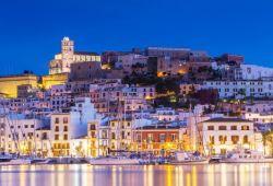 Le port d'Ibiza illuminé de nuit avec ses bateaux amarrés