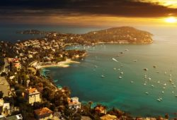 Le soleil se couche sur la presqu'île de Saint-Jean-Cap-Ferrat dans le sud la France