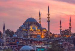 La mosquée impériale ottomane Süleymaniye à Istanbul en Turquie, vue à la tombée de la nuit