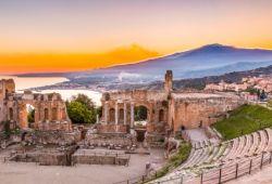Le Théâtre de Taormina en Sicile, l'une des meilleures destinations pour une location de yacht inter-saison en Méditerranée