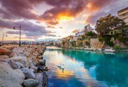 Le port pittoresque de Sitia en Crète, au coucher du soleil