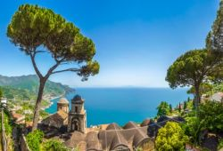 Panorama du village de Ravello avec ses clochers, des pins et la mer Méditerranée