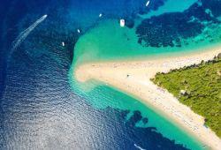 Photo aérienne de la magnifique plage de Zltani Rat en Croatie