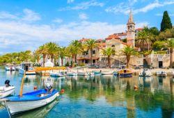 La ville de Trogir en Croatie avec son petit port rempli de bateaux de pêche