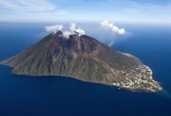 L'île de Stromboli en Sicile avec des émanations du volcan
