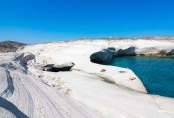 La plage de Sarakiniko et ses formations géologiques sur l'île de Milos dans les Cyclades en Grèce