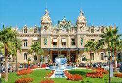 Le magnifique casino Belle Epoque de Monaco et ses jardins