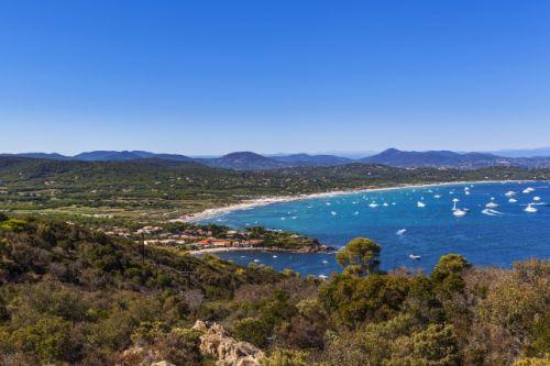 La plage de Pampelonne à Ramatuelle près de Saint-Tropez avec des yachts à l'ancre