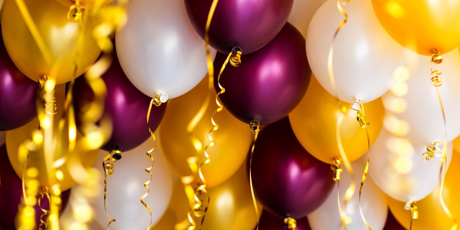 https://www.talamare.fr/medias/Des ballons colorés pour décorer une fête d'anniversaire lors d'une location de yacht