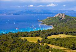 Une baie de l'île de Porquerolles avec quelques yachts à l'ancre