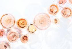 Une collection de verres à vin remplis de vin rosé