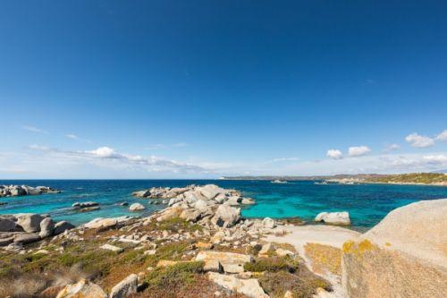 Une superbe baie aux eaux turquoises sur l''île de Cavallo dans l'archipel des Lavezzi en Corse