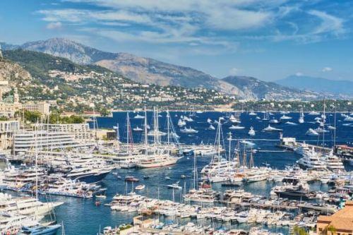 Des yachts de luxe à la vente et à la location amarrés au Port Hercule lors des événements du Monaco Yacht Show