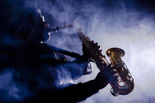 Un saxophoniste en train de jouer lors d'un concert au Monte-Carlo Jazz Festival