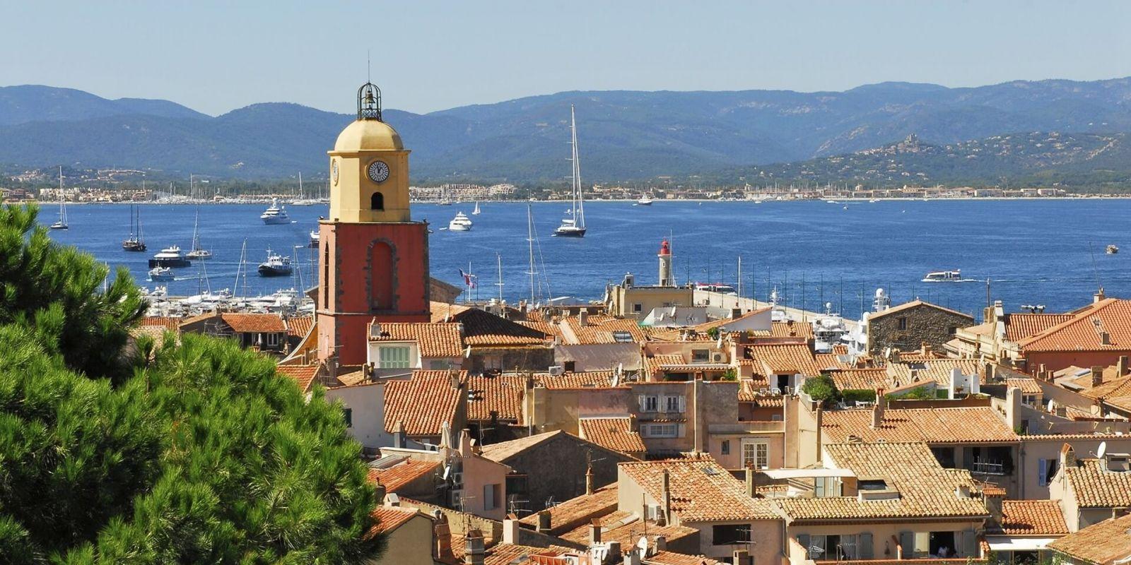 https://www.talamare.fr/medias/Vue du village de Saint-Tropez avec des yachts à l'ancre