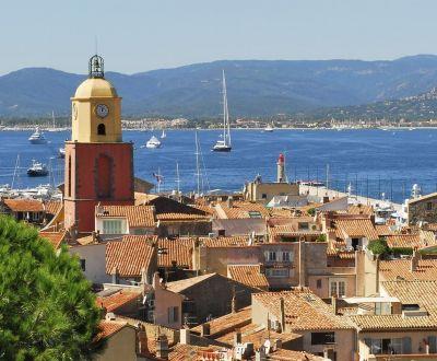 Vue du village de Saint-Tropez avec des yachts à l'ancre