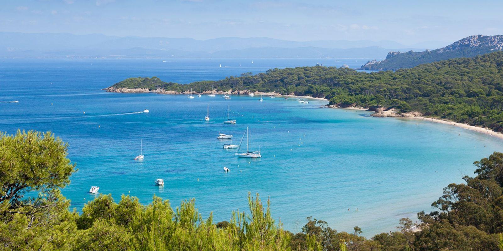 https://www.talamare.fr/medias/Vue d'une baie de l'île de Porquerolles lors d'une location de yacht sur la Côte d'Azur