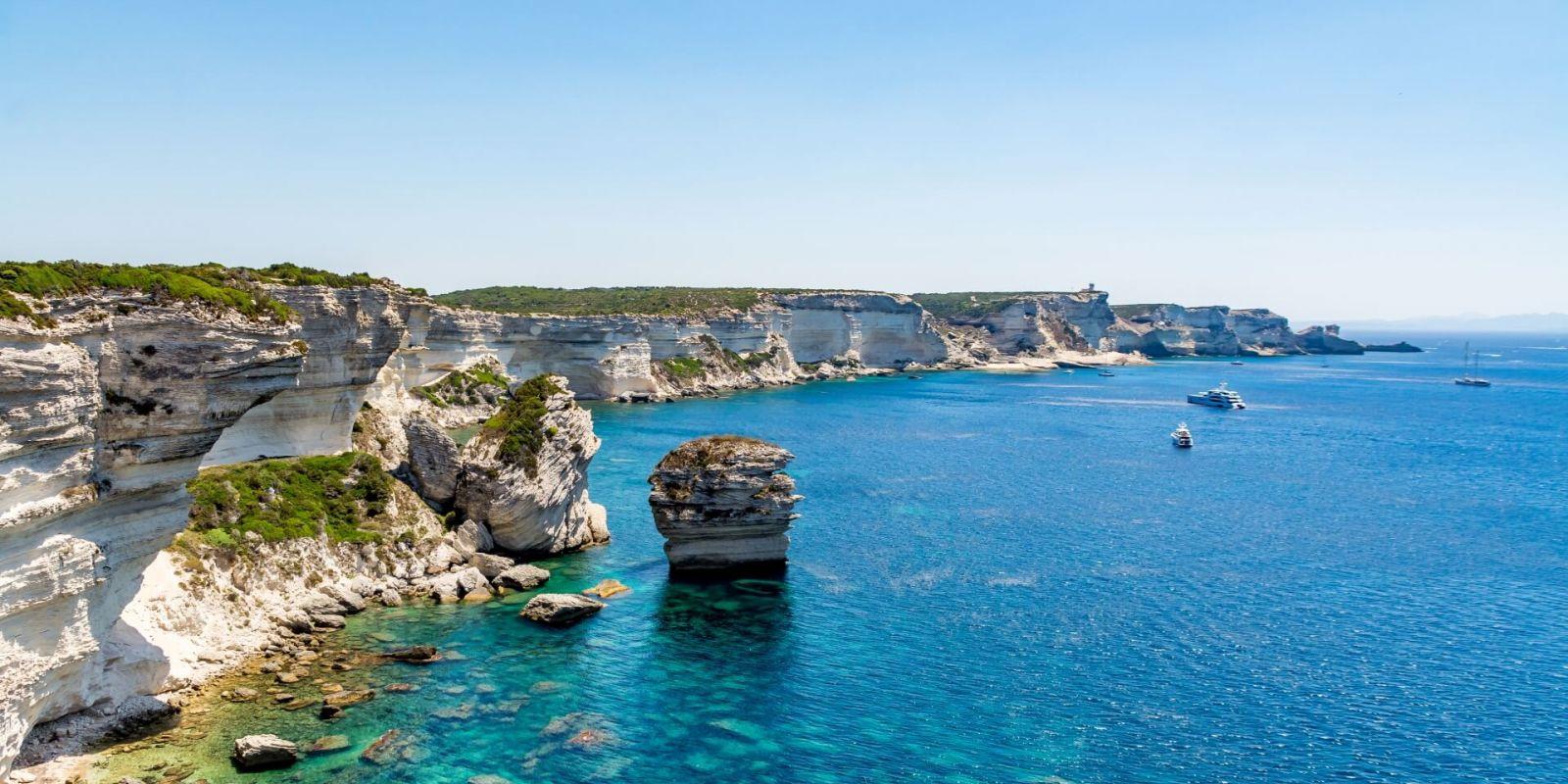 https://www.talamare.fr/medias/Panorama des falaises de Bonifacio lors d'une location de yacht en Corse