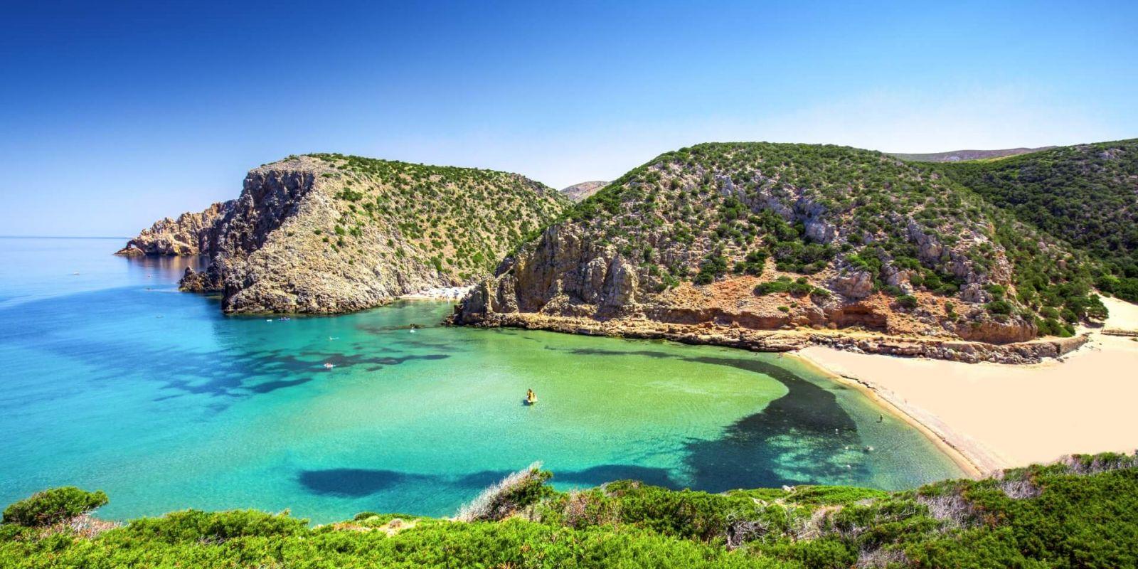 https://www.talamare.fr/medias/Panorama d'une magnifique plage de sable blanc lors d'une location de yacht en Sardaigne