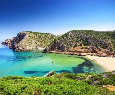 Panorama d'une magnifique plage de sable blanc lors d'une location de yacht en Sardaigne