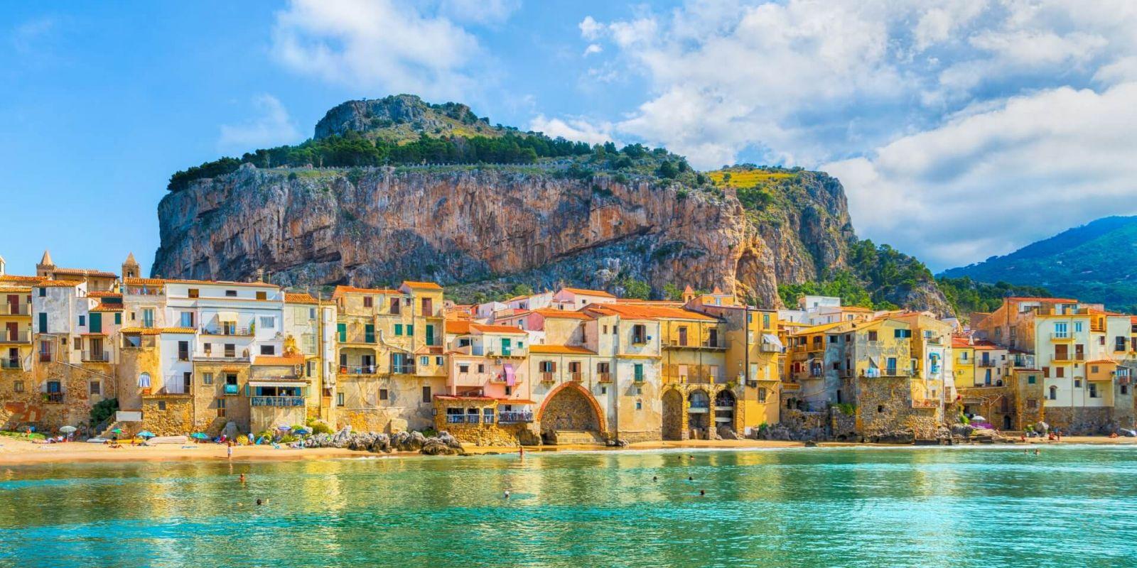 https://www.talamare.fr/medias/Le village médiéval de Cefalu vu lors d'une location de yacht en Sicile