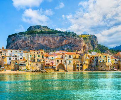 Le village médiéval de Cefalu vu lors d'une location de yacht en Sicile