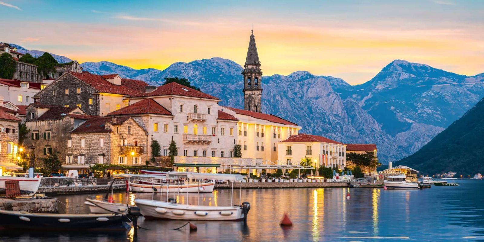 https://www.talamare.fr/medias/Coucher de soleil sur la ville historique de Perast dans la baie de Kotor lors d'une location de yacht au Montenegro