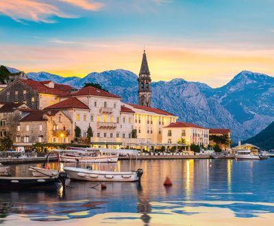 Coucher de soleil sur la ville historique de Perast dans la baie de Kotor lors d'une location de yacht au Montenegro