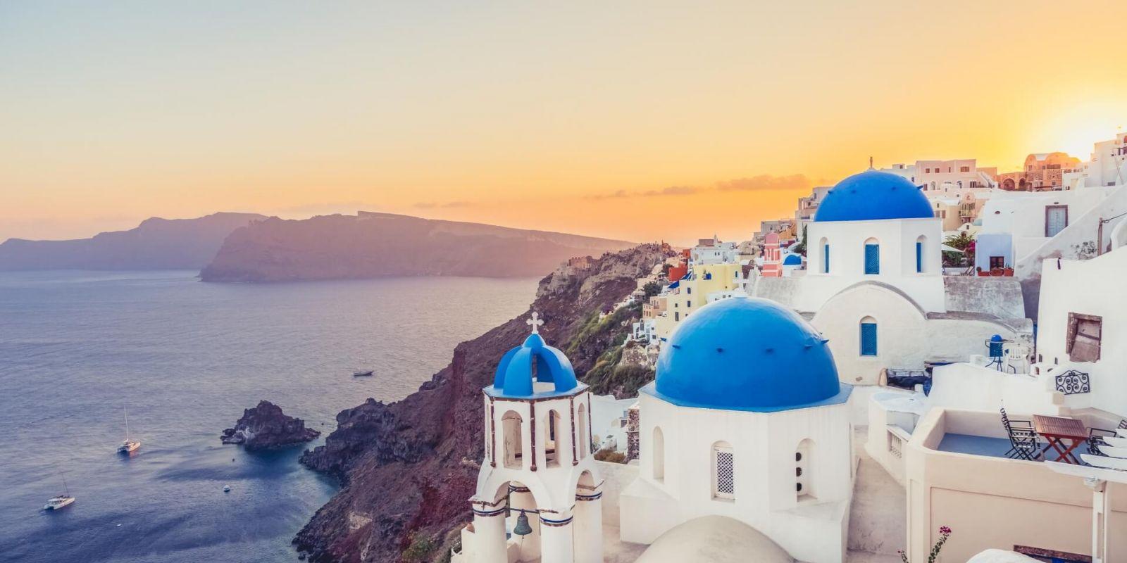 https://www.talamare.fr/medias/La belle ville côtière d'Oia sur l'île de Santorin en Grèce avec ses bâtiments blancs et ses dômes bleus