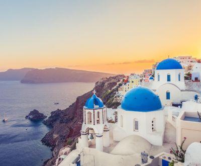 La belle ville côtière d'Oia sur l'île de Santorin en Grèce avec ses bâtiments blancs et ses dômes bleus