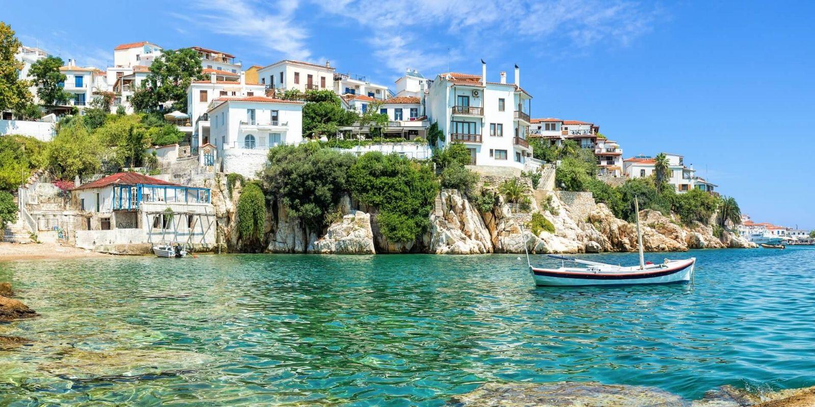 https://www.talamare.fr/medias/Le vieux port de Skiathos sous un beau ciel bleu dans les îles Sporades en Grèce