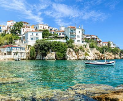 Le vieux port de Skiathos sous un beau ciel bleu dans les îles Sporades en Grèce