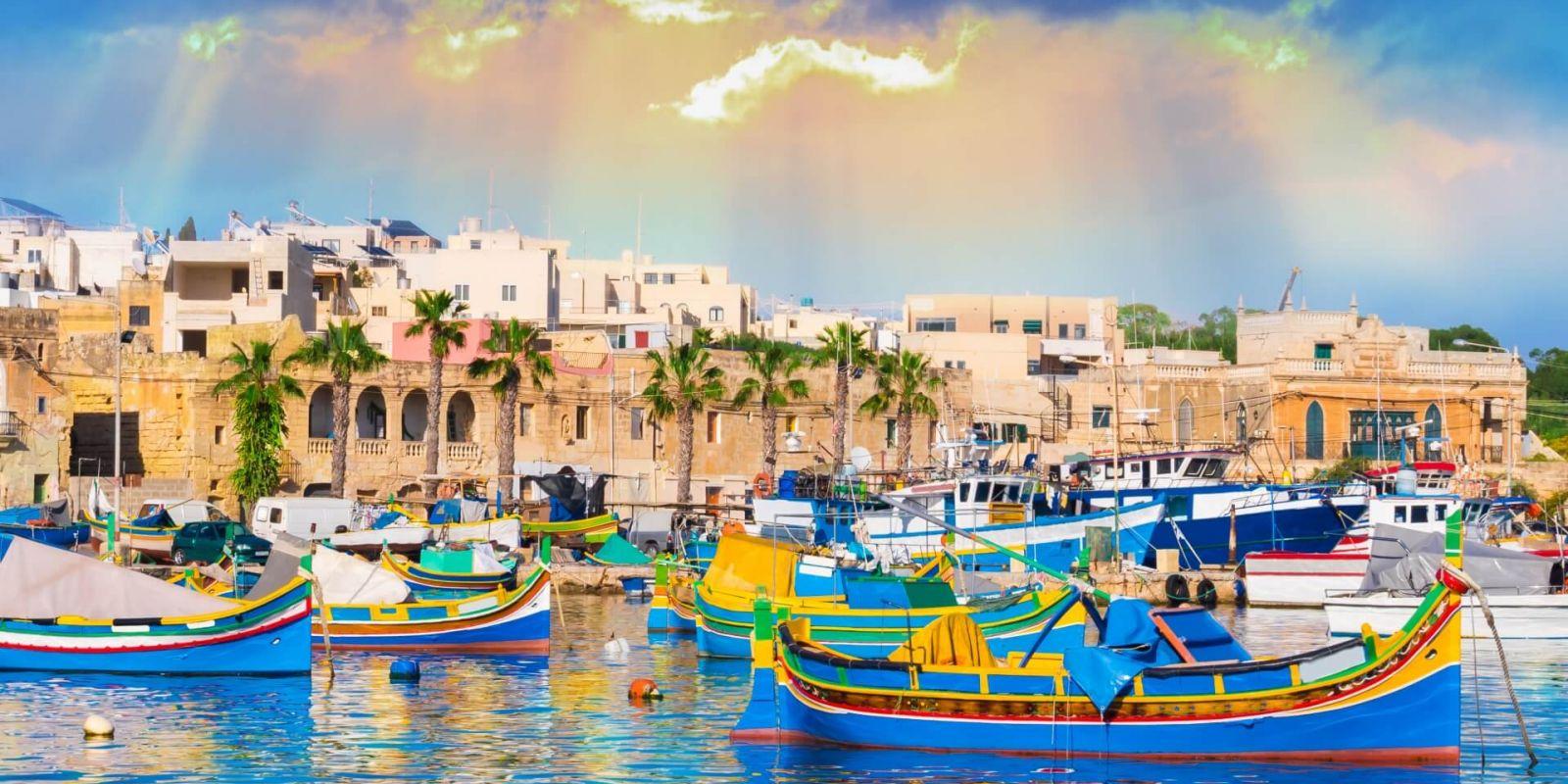 https://www.talamare.fr/medias/Des bateaux colorés dans l'ancien village de pêcheurs de Marsaxlokk sur l'île de Malte