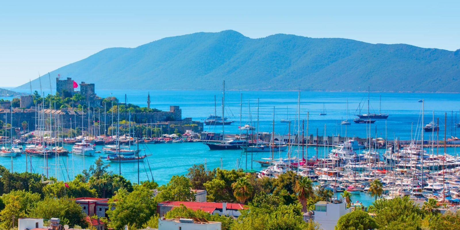 https://www.talamare.fr/medias/Panorama de Bodrum avec son château et sa marina en mer Égée lors d'une location de yacht en Turquie