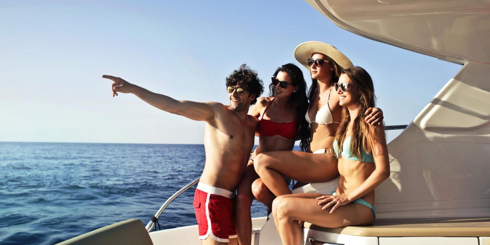 https://www.talamare.fr/medias/Un groupe de jeunes gens profitant d'une belle journée lors de leur location de yacht